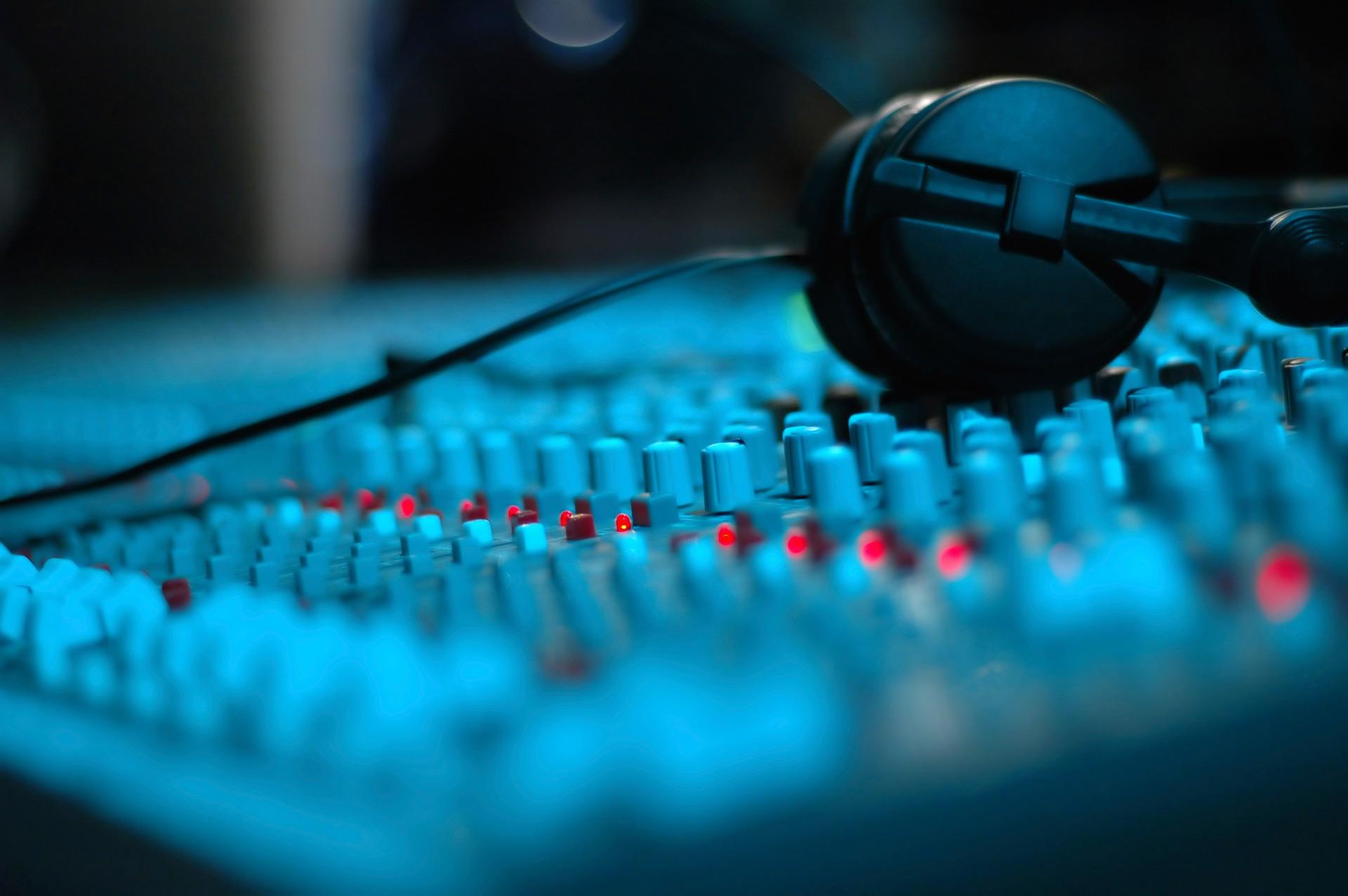 Casque posé sur une table de mixage audio professionnelle